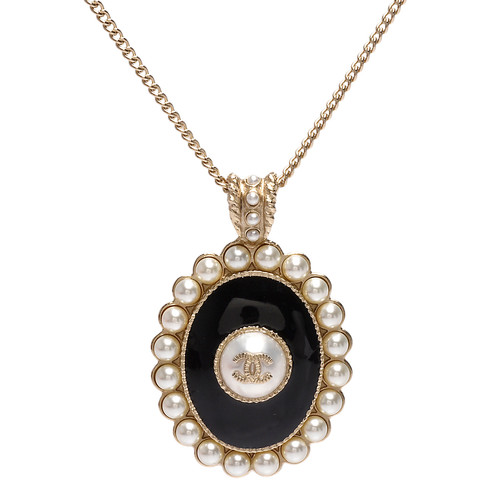 CHANEL 經典雙C LOGO黑色琺瑯珍珠飾邊橢圓形墜飾項鍊(金)