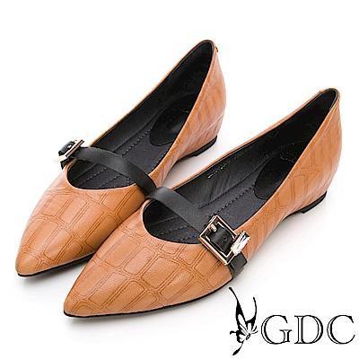 GDC-真皮質感壓紋歐美風扣帶尖頭平底包鞋-土黃色