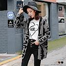 滿版愛心圖樣木質排釦V領落肩針織外套.2色-OB大尺碼