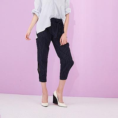 ICHE 衣哲 設計款挺版條紋印花造型打摺七分哈倫褲-藍