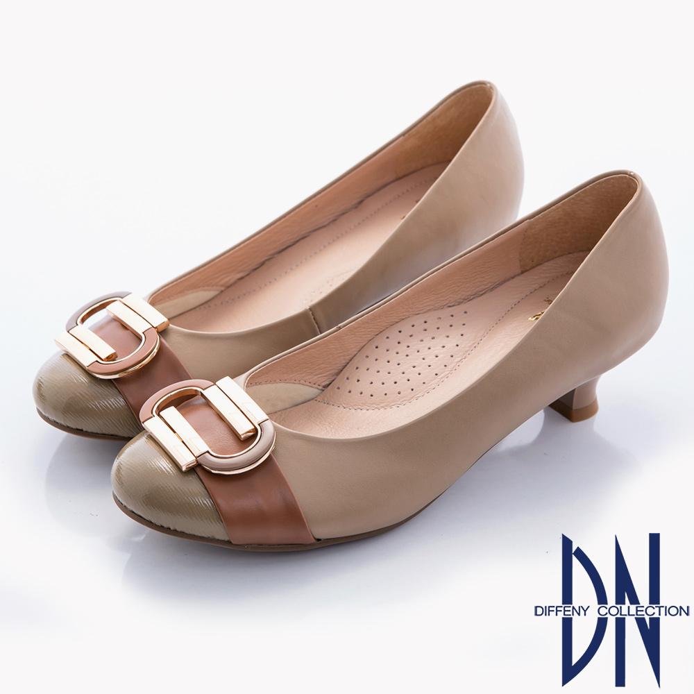 DN 典雅知性 全真皮復古金屬飾扣拼接低跟包鞋-卡其