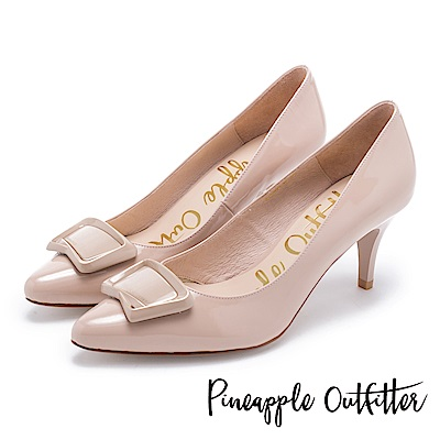 Pineapple Outfitter 都會名伶 品牌雷雕飾釦漆皮尖頭高跟鞋-裸膚
