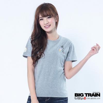 BIG TRAIN-女款 菊月花扇印花TEE-淺麻灰