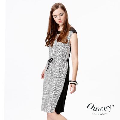 OUWEY歐薇 直條紋休閒感撞色洋裝(黑)
