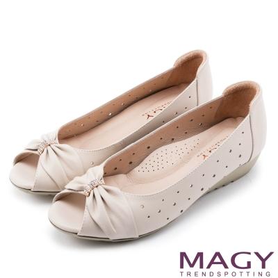 MAGY 甜心女孩 嚴選牛皮打洞簍空楔型鞋-米色