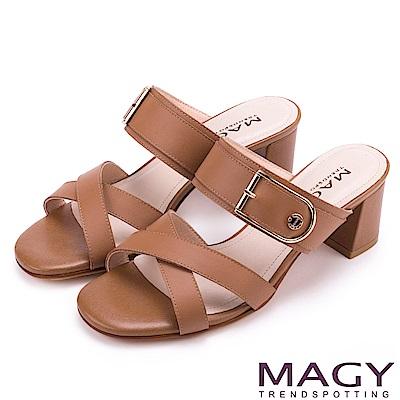 MAGY 時尚穿搭必備款 真皮交叉釦環粗跟涼拖鞋-棕色