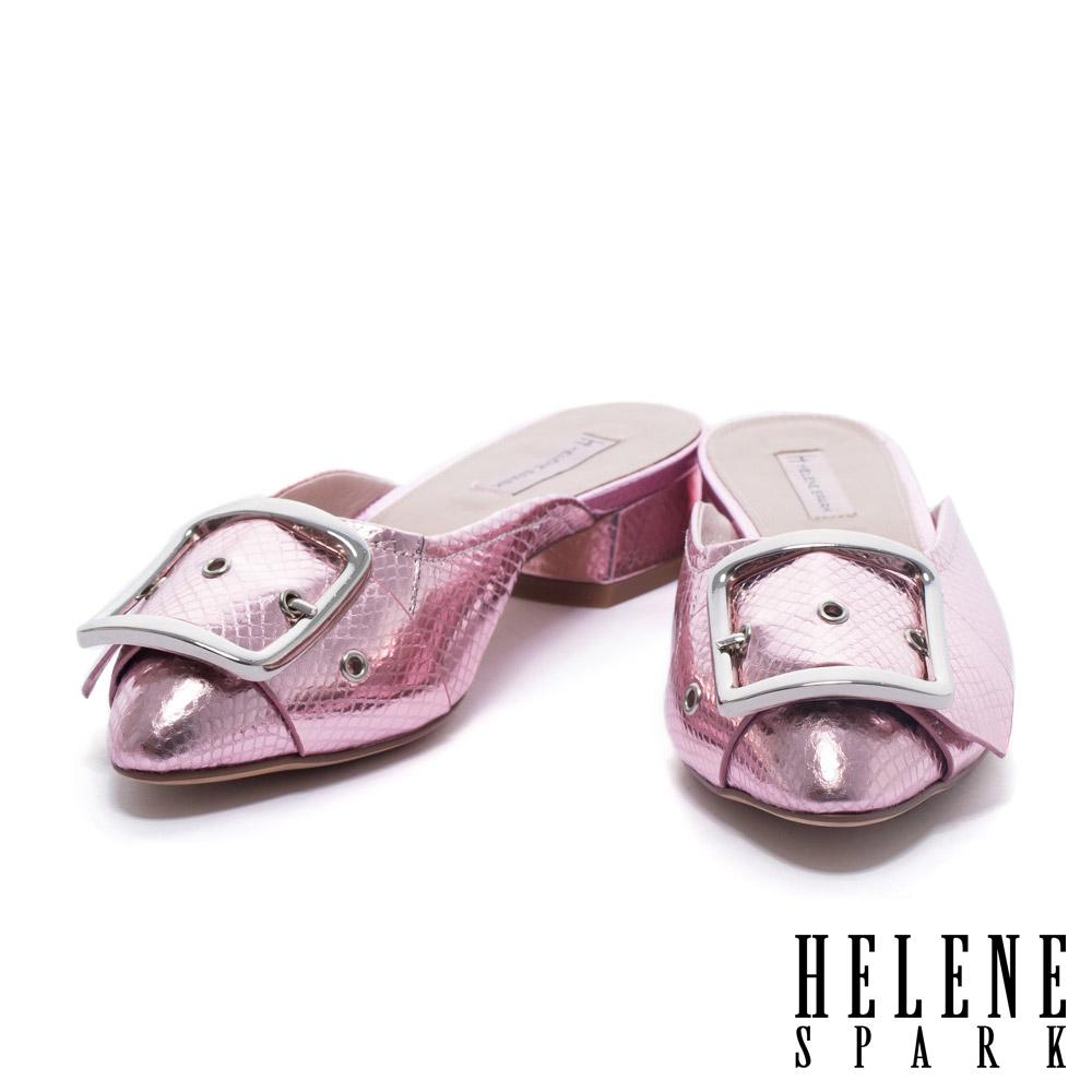 拖鞋 HELENE SPARK 時尚金屬大飾釦設計蛇紋牛皮尖頭低跟拖鞋-粉