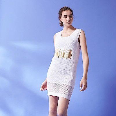ICHE 衣哲 時尚V領字母燙金洞洞設計無袖上衣洋裝(兩穿/兩色)-白