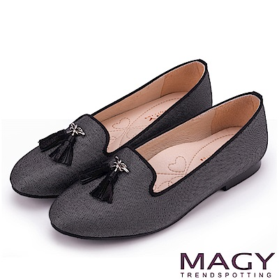 MAGY 復古上城女孩 質感布料流蘇樂福平底鞋-黑色