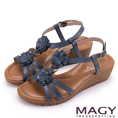 MAGY 休閒時尚 皮革花朵造型楔型涼鞋-藍色