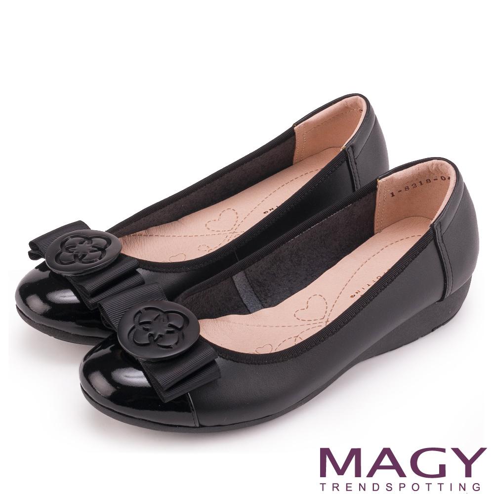 MAGY 甜美混搭新風貌 蝴蝶結圓牌五金真皮低跟鞋-黑色