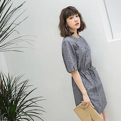 排釦混色棉麻抽繩縮腰連身裙-OB大尺碼