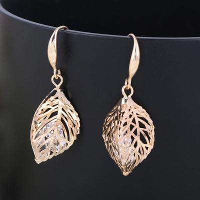 梨花HaNA 金色年代鏤空樹葉鑲嵌水晶耳環夾式-速