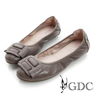 GDC百搭-柔軟造型飾扣彈力真皮平底娃娃鞋-駝色