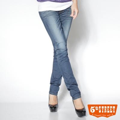 5th STREET 輕柔體驗 修身涼感窄直筒牛仔褲-女款(拔洗藍)