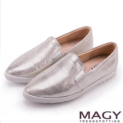 MAGY 舒適樂活 特殊壓紋光澤內增高樂福鞋-銀色