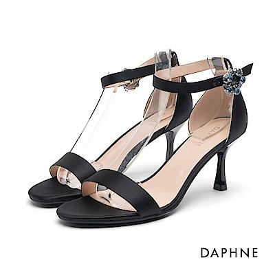 達芙妮DAPHNE 高跟鞋-綢緞一字帶花形圓釦高跟涼鞋-黑