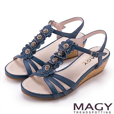MAGY 甜美氛圍 牛皮花朵T字踝帶楔型涼鞋-藍色