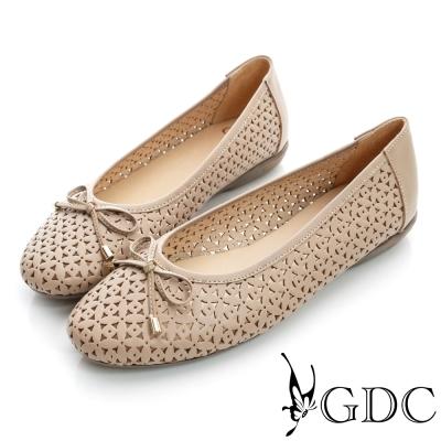 GDC百搭-雕花簍空蝴蝶結真皮平底娃娃鞋-米杏色