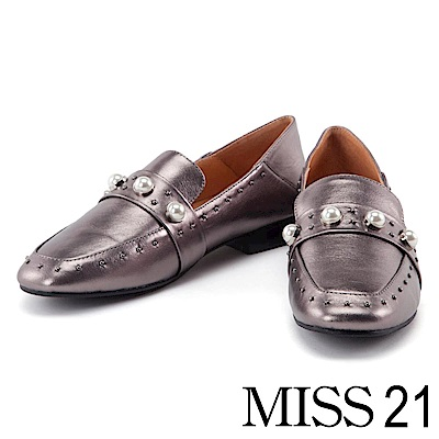 跟鞋 MISS 21 個性珍珠鉚釘摔紋牛皮方頭低跟鞋-銀