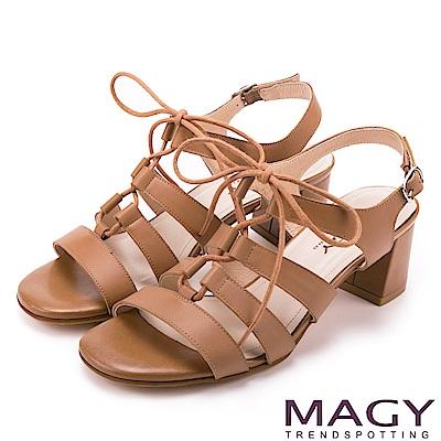 MAGY 異國時尚風情 鏤空綁帶牛皮粗高跟羅馬涼鞋-棕色