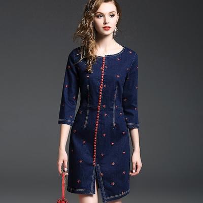 a la mode 艾拉摩兒 單寧風紅星星刺繡排扣修飾洋裝(S-2XL)