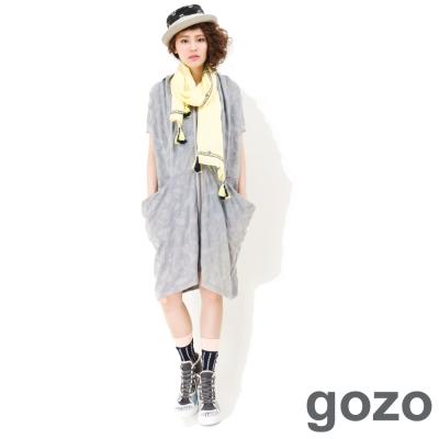 gozo-個性抓皺圖騰長版外套-灰色
