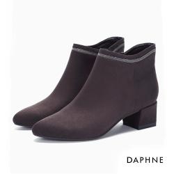 達芙妮DAPHNE 短靴-細珠金屬飾條V剪裁絨布粗跟踝靴-深咖啡