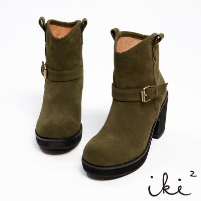 iki2率性酷甜-微笑深V圓頭厚底麂皮金屬釦粗跟短靴-綠豆青