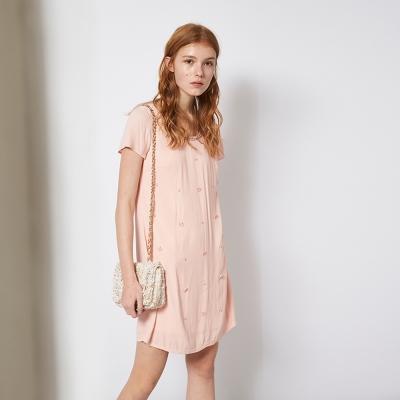 Chaber巧帛 氣質粉嫩釘珠花飾簡約百搭時尚造型洋裝 兩色