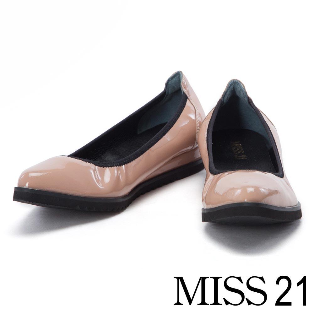 跟鞋 MISS 21 復古閃爍光澤漆皮鬆緊帶楔型娃娃鞋-米