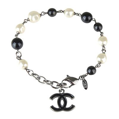 CHANEL 經典雙C LOGO金屬墬飾高級樹脂圓珠釦式手鏈(黑白)