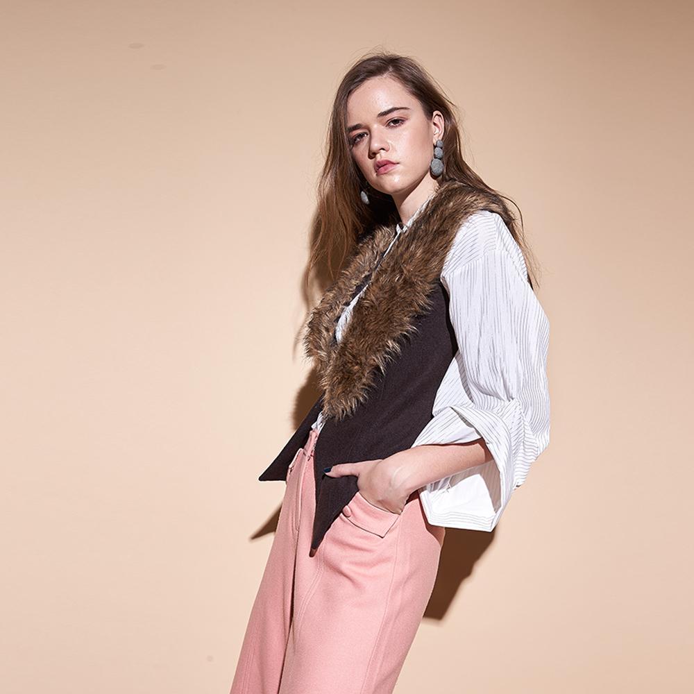 ICHE衣哲 設計款不對稱毛領可拆造型外罩背心(兩色)-咖