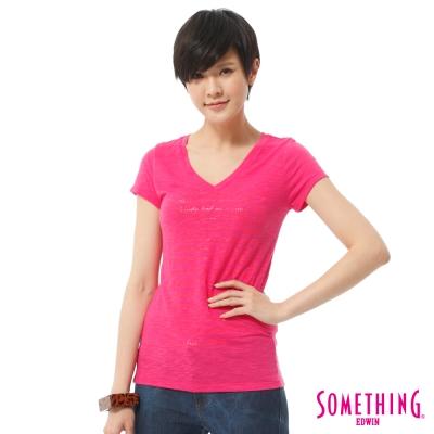 SOMETHING-大版英文膠印V領T恤-女-玫瑰