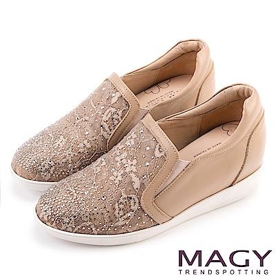 MAGY 舒適樂活 牛皮拼接金蔥布內增高休閒鞋-膚色