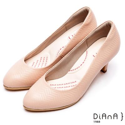 DIANA漫步雲端輕盈美人款--知性簡約閃電壓紋質感真皮跟鞋-卡其