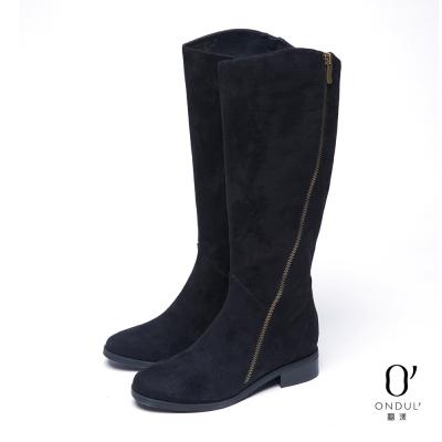 達芙妮x高圓圓-圓漾系列-長靴-斜向拉鍊麂皮平底長靴-黑8H