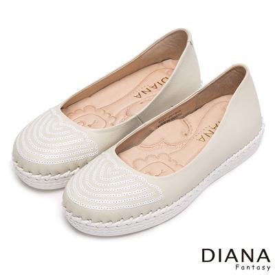 DIANA 漫步雲端焦糖獅子款--飽和系縫線真皮平底鞋-白