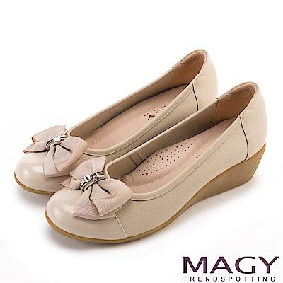 MAGY 甜美混搭新風貌 蝴蝶結戒指釦環造型真皮楔型鞋-米色