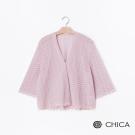 CHICA 清新雅緻蕾絲鏤空七分袖寬版罩衫(2色)