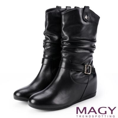 MAGY 復古元素 牛皮皺摺內增高中筒靴-黑色
