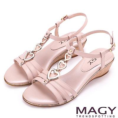 MAGY 時尚穿搭必備款 愛心串連羊皮楔型涼鞋-粉紅