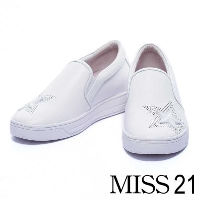 休閒鞋 MISS 21 俐落線條沖孔水鑽星星內增高休閒鞋-白