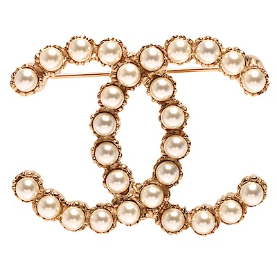 CHANEL 經典雙C LOGO珍珠鑲嵌刻紋飾邊造型胸針(金)