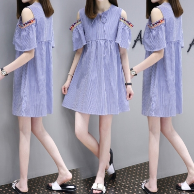 中大尺碼藍白條紋繫帶露肩刺繡花朵滾邊喇叭袖洋裝L~4L-Ballet Dolly