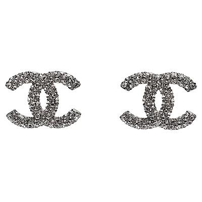CHANEL 經典雙C LOGO水鑽交叉排列鑲嵌穿式耳環(銀)