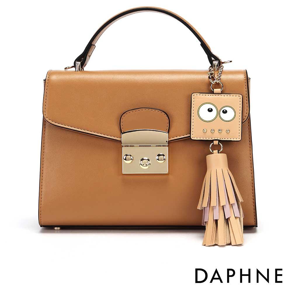 達芙妮DAPHNE-表情造型流蘇吊飾手提斜背小方包-卡其