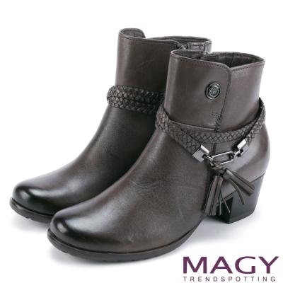 MAGY 紐約時尚步調 手工牛皮編織帶粗跟短靴-灰色