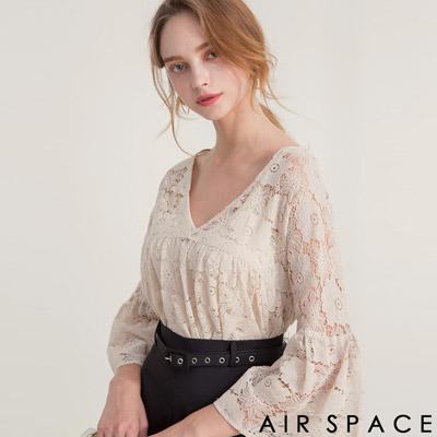 AIR SPACE V領緹花蕾絲荷葉傘襬上衣(杏)