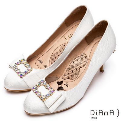 DIANA 漫步雲端瞇眼美人款--水鑽大方釦蝴蝶結知性跟鞋 – 銀白